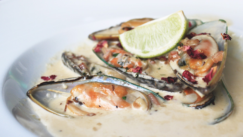 A dish of mussels in white wine sauce at a tapas restaurang in Algarve, tips from this food guide