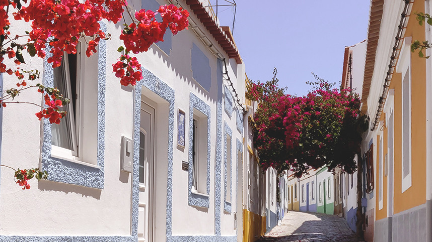 Flowers and colourful houses, a great spot to take instagram-worthy pictures in the Algarve