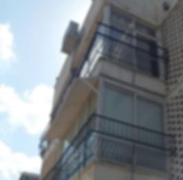 גגון לחלון בתל אביב