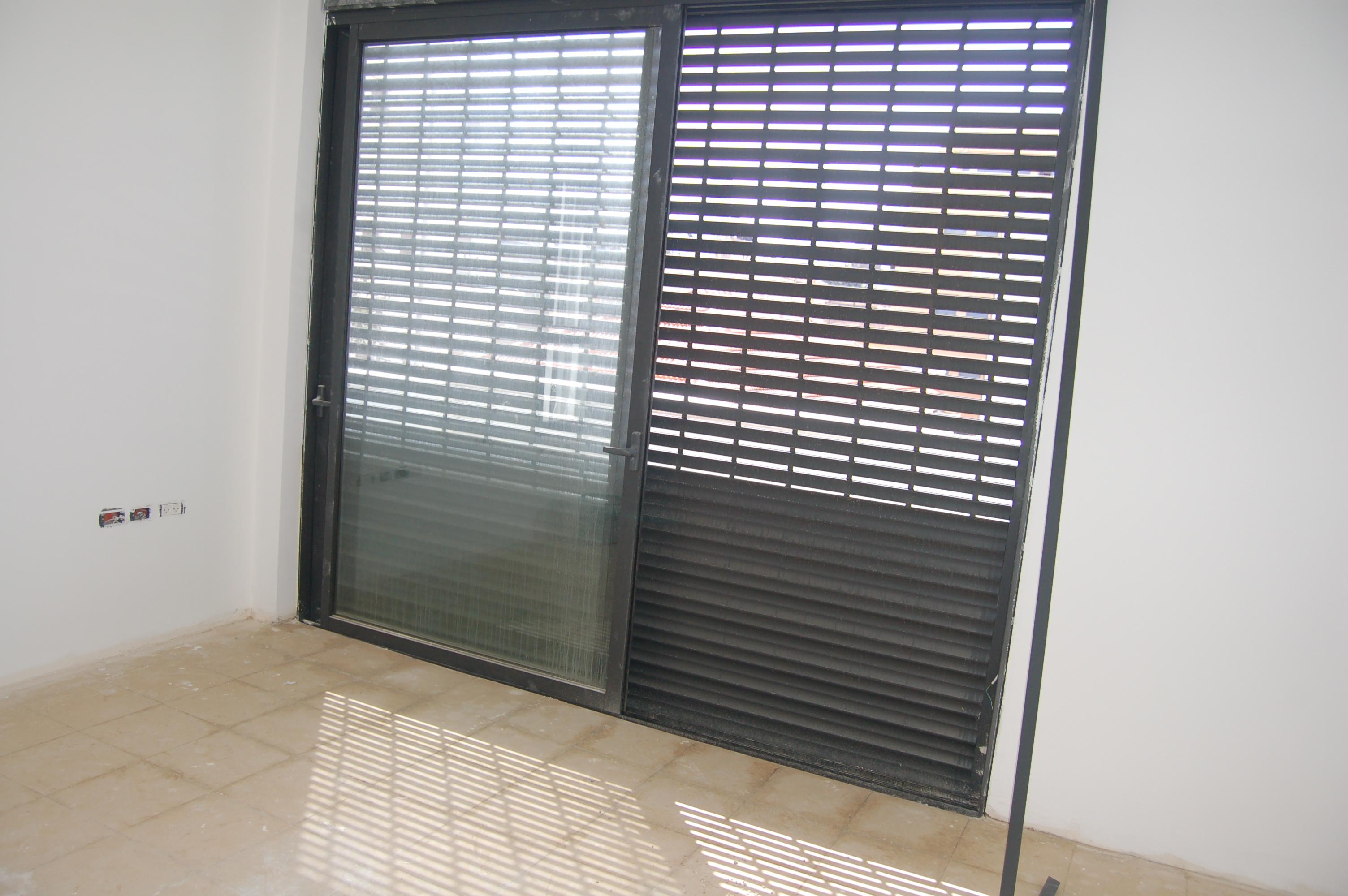 דלת יציאה למרפסת עם תריס גלילה