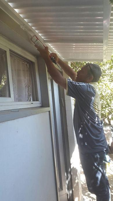 התקנת גגונים לחלון