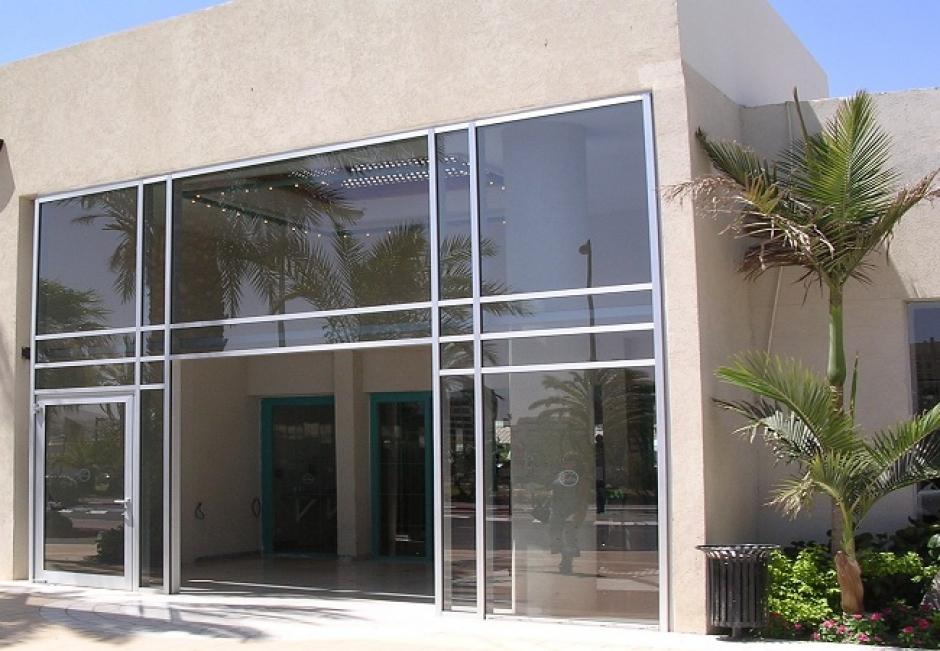 וטרינה כניסה לבניין משרדים