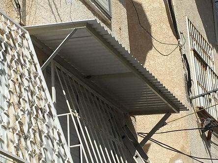 גגון לחלון עם מסגרת אלומיניום