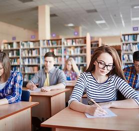 Studenten, die Prüfungen