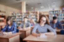 Los estudiantes que toman los exámenes