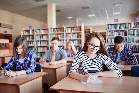 Les étudiants qui suivent des examens dans une bibliothèque