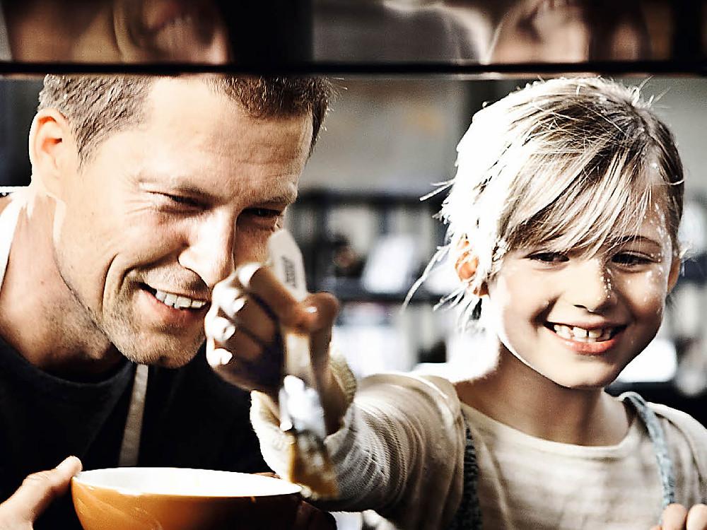 《紅酒燉香雞》(Kokowääh) 中與女兒Emma Schweiger (圖片來源:Til Schweiger / facebook)