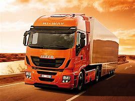 Linha de montagem da Iveco consegue produzir mais de 120 versões de caminhões entre 9 e 74 toneladas