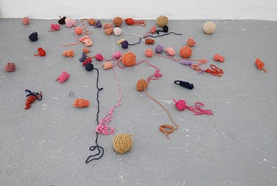 Installation Féminité 2020, détails, pelotes de laine