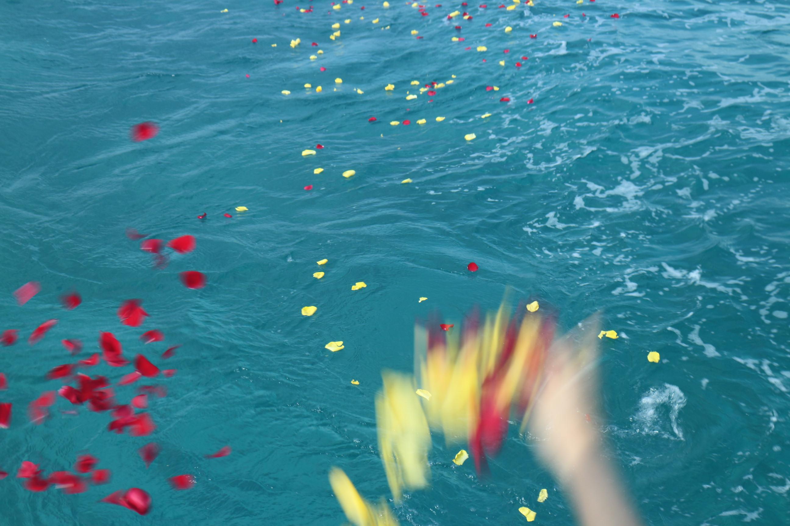 撒かれる花弁はハワイの海を満たす。