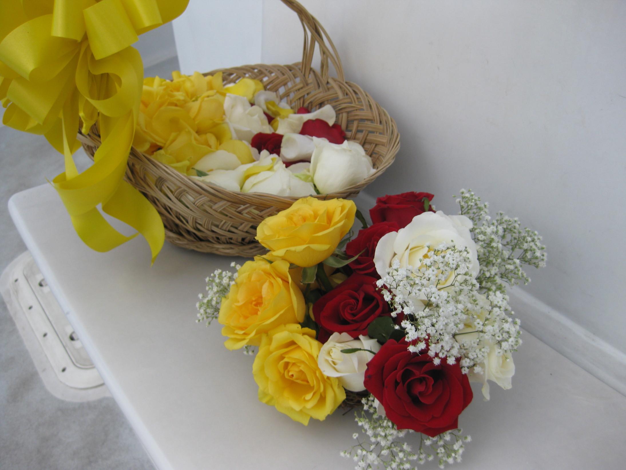 出来上がった、骨壺と水面一杯に撒く花弁。