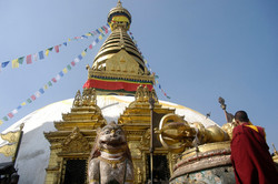 21-Moine en prière à Swayambhu.jpg