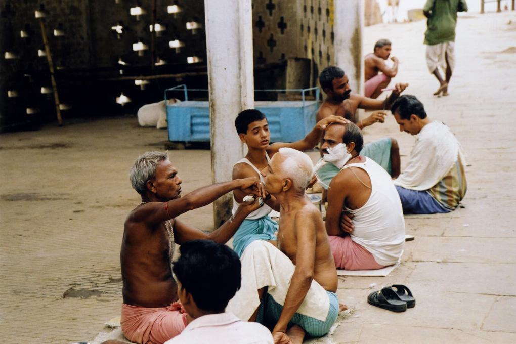 India-Varanasi-Public barbers-01.jpg