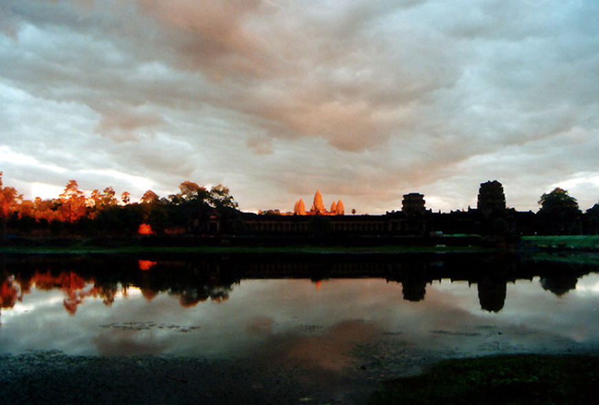 ©_Sunset_at_Angkor_Wat.jpg