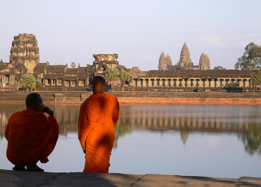 ©_Monks_at_Angkor_Wat.jpg