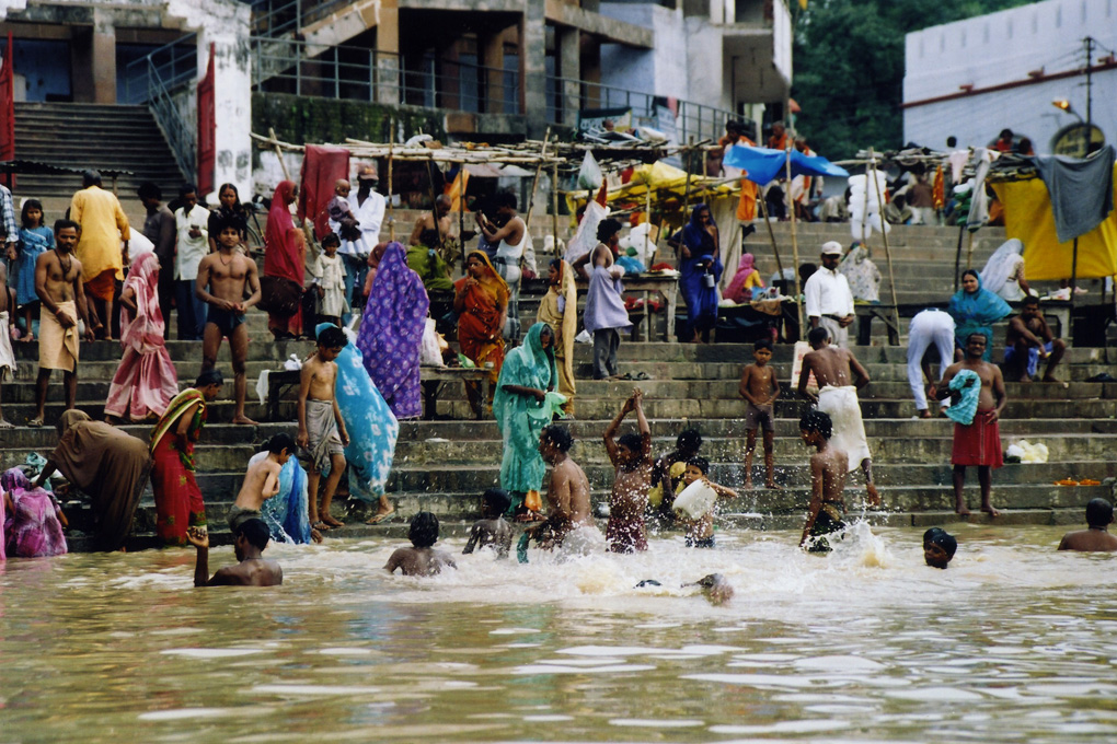 India-Varanasi-Morning bath-01.jpg