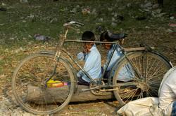 1-Ecoliers derrière bicyclette.jpg