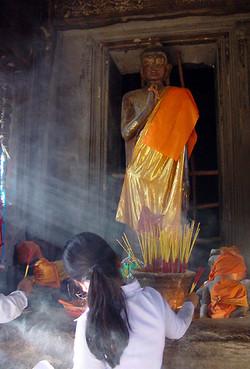 ©_Offering_at_Angkor.jpg