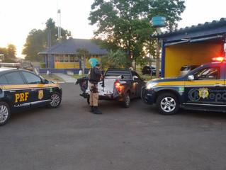 PRF apreende contrabando em carro roubado
