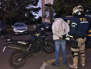 Motoqueiro sem CNH tenta fugir de abordagem da PRF e acaba detido