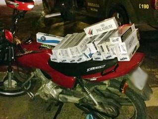 Motoqueiro é flagrado com contrabando de cigarros paraguaios