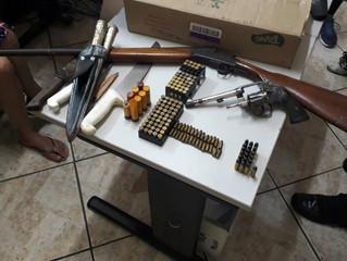 Homem acusado de violência doméstica resiste a prisão e é flagrado com armas