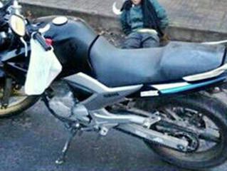 Uruguaio é flagrado empurrando motocicleta furtada
