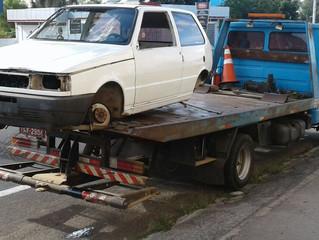 """Veículo furtado é """"depenado"""" e abandonado na Estrada Internacional"""