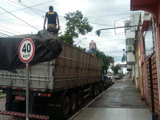 Motorista de carreta é flagrado transportando mercadoria descaminhada