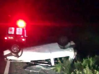 Veículo capota na BR-293 e casal fica ferido