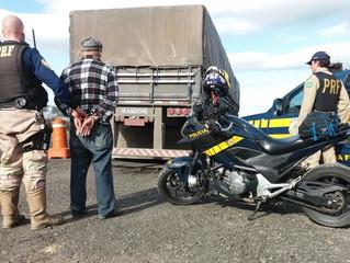 PRF prende motorista de caminhão com documento falso