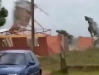Ventos de mais de 100 km/h derrubam torre de rádio e destelham casas