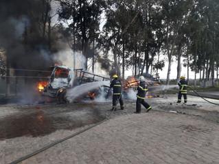 Motorista morre eletrocutado e caminhão é destruído pelo fogo, em Alegrete