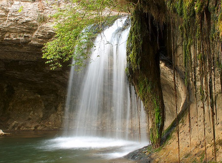 Un tour sous une cascade pour éliminer le stress et la fatigue