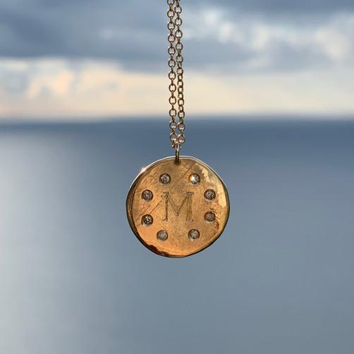 Collana Progetto Lunare in oro giallo 9k e diamanti, con incisione personalizzata.  Design 2020