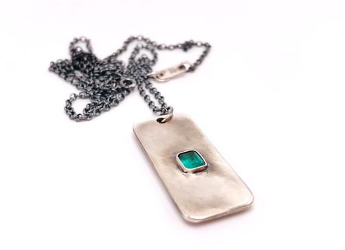 Amuleto maschile in argento e smeraldo con incisione realizzata a mano sulla parte posteriore.  Design 2018.