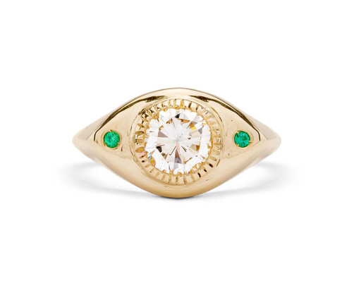 Anello in oro giallo 9k, diamante bianco 5mm e smeraldi 1,5mm.  Design 2021
