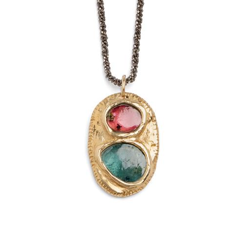 Amuleto in oro 18k e tormaline rosa e verde. Catenina in argento brunito.  Design 2020