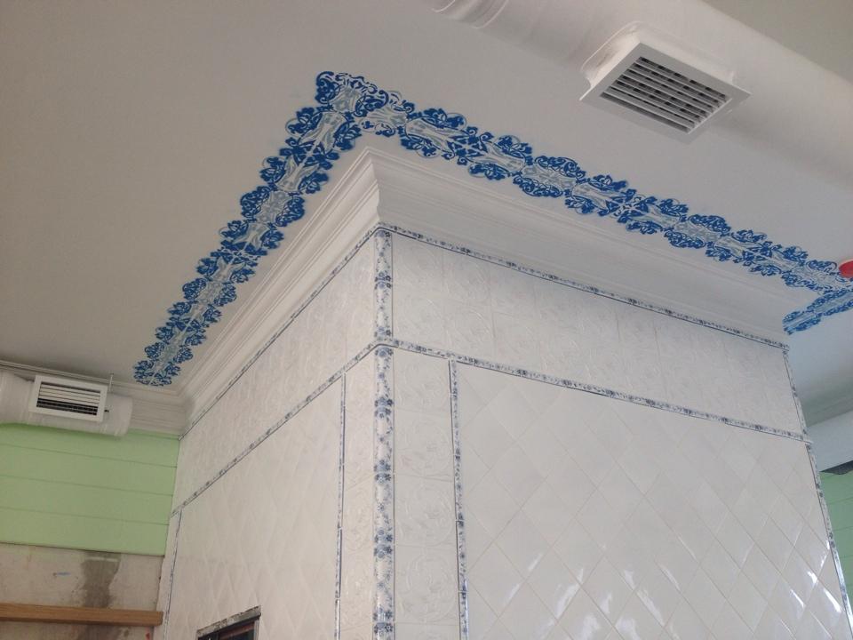 Орнамент на потолке вокруг печи
