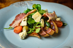 Салат с грушей и мягким сыром