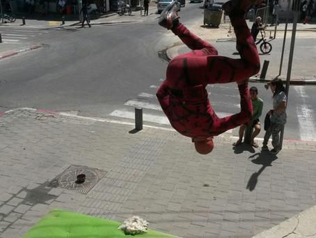 על גגות תל-אביב, אל תהומות הנפש
