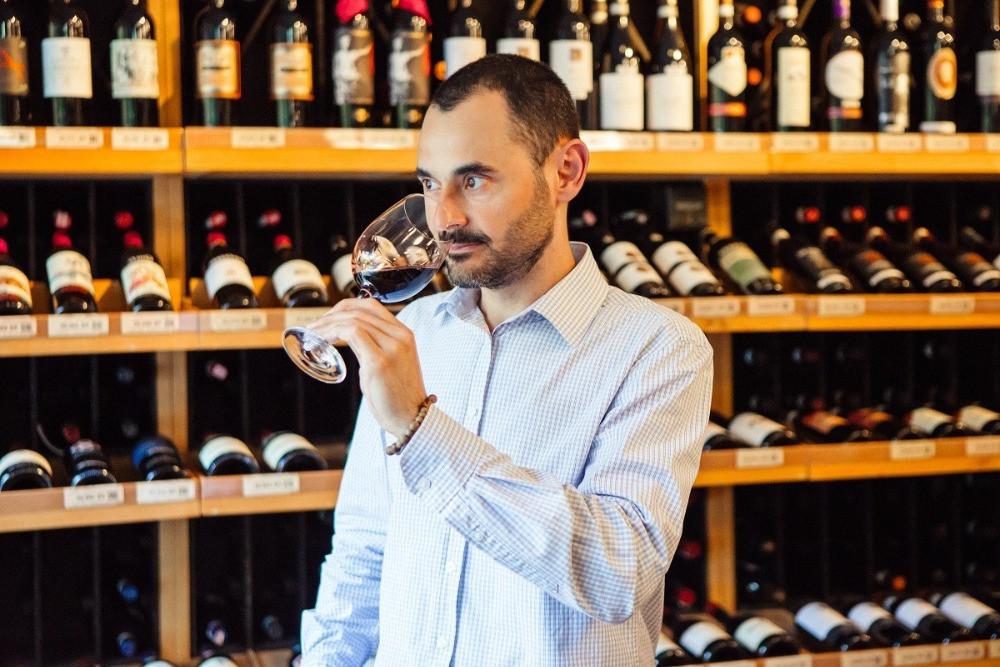 As aulas serão ministradas pelo professor de sommeliers, Marcelo Vargas, que possui mestrado em vinhos na Itália