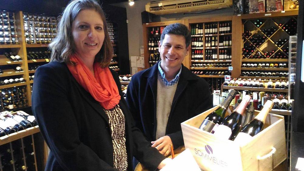 Andreia Milan, presidente da ABS-RS, e Cledi Sodré, proprietário da Sommelier Vinhos