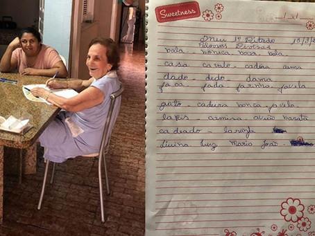 Alzheimer: professora de 92 anos melhora ao ensinar cuidadora a ler e escrever