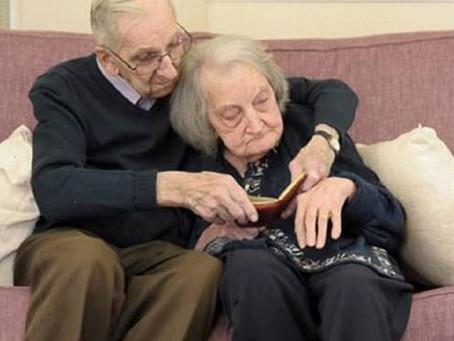 Alzheimer: marido de 91 anos lê diário para mulher com amnésia para manter o amor vivo