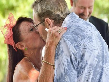 Alzheimer: Marido não lembra que é casado há 34 anos e pede esposa em casamento pela segunda vez