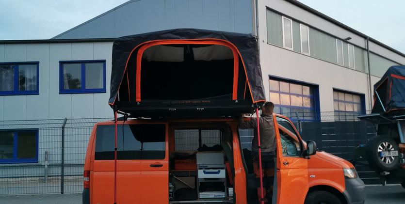 Ein Riesenzelt auf dem Bus.jpg