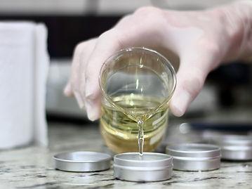 Produção artesanal de perfume sólido Aroma Di Paola