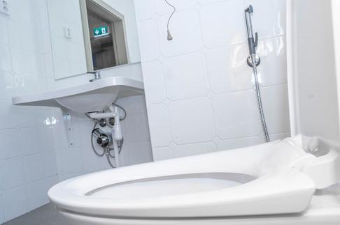 WC-istuin, lavuaarin vesi- ja viemärikytkennät