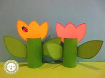 Tulipanes con rollos de papel higiénico